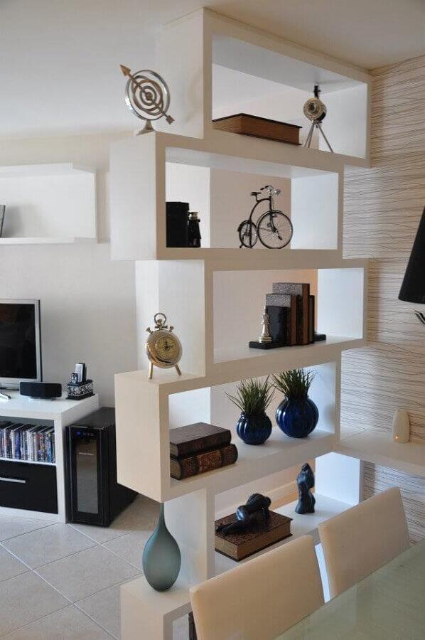 Sala decorada com estante de gesso.