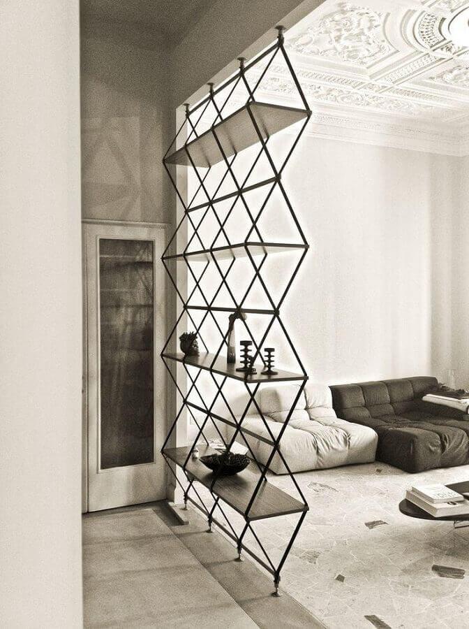 Sala moderna separada por estante de metal.