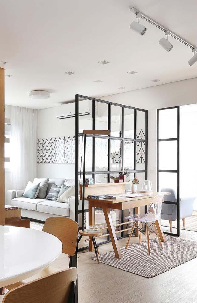 Apartamento pequeno com divisória de ambiente de vidro.