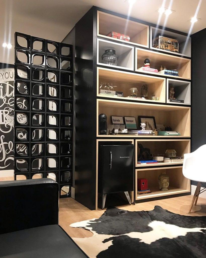 Sala moderna decorada com parede de cobogó preto.