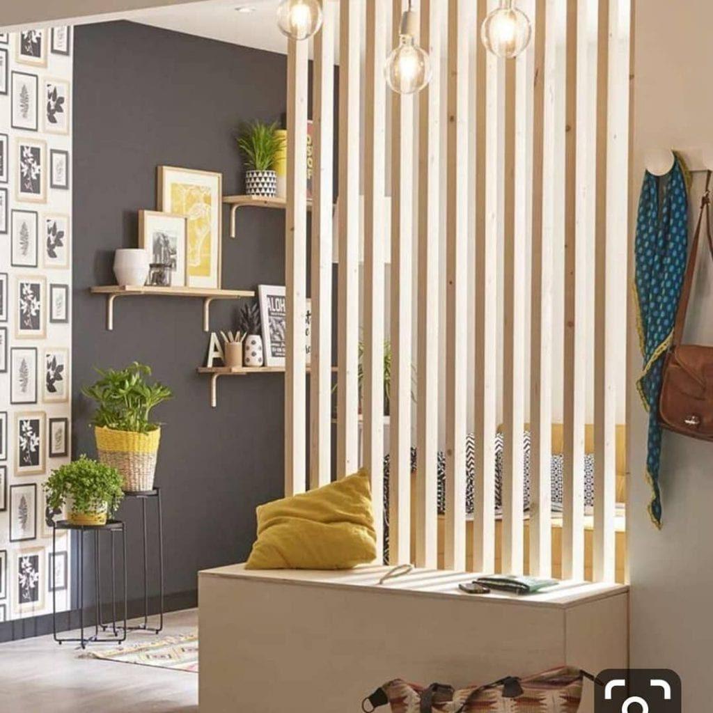 Sala pequena simples decorada com divisória de ambiente de madeira.