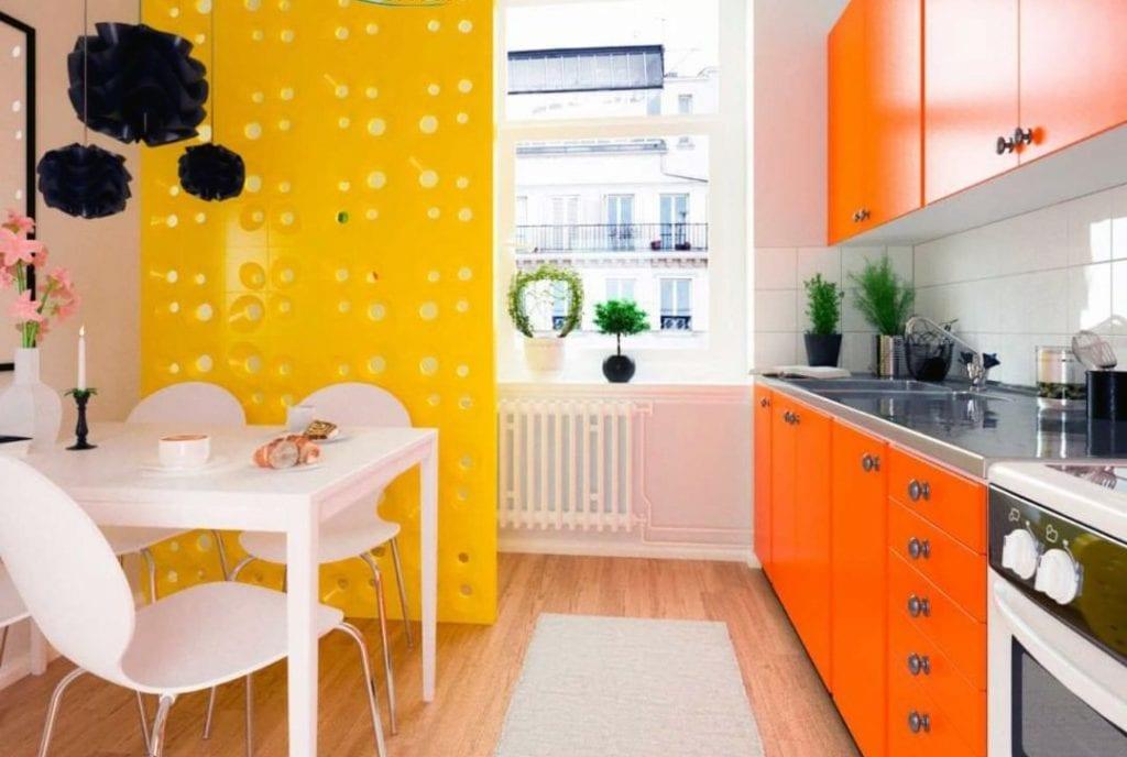 Cozinha colorida com parede de cobogó amarelo.