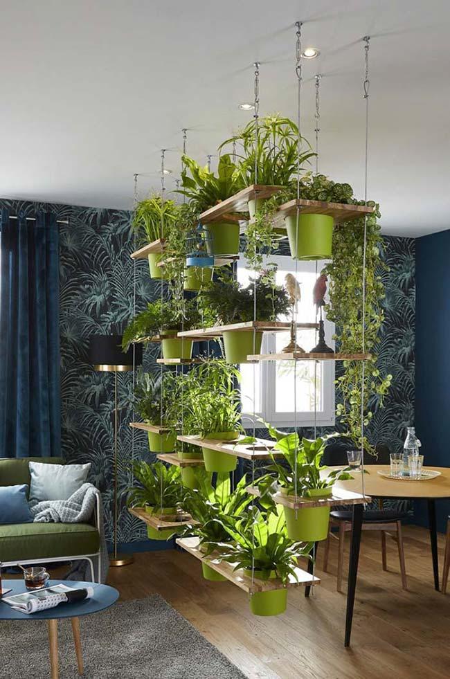 Estante suspensa com prateleiras de madeira e plantas.