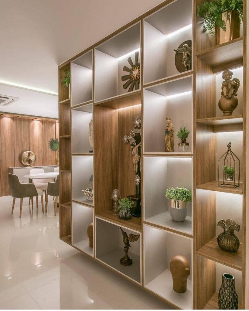 Sala separada com estante com nichos.