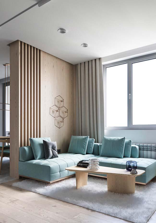 Sala moderna com divisória de ambiente de MDF com recortes.