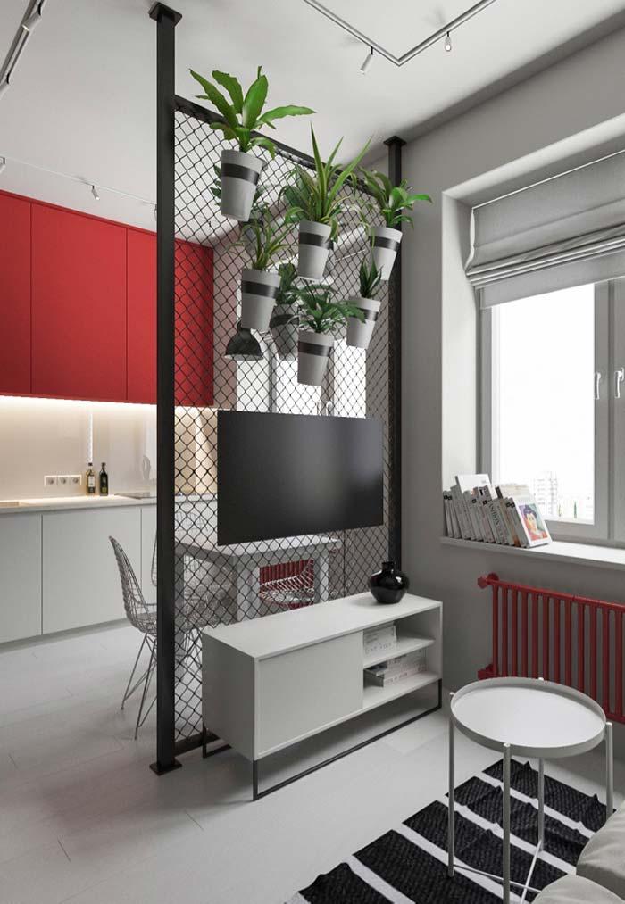 Apartamento pequeno com côdos separados por grade de aço.