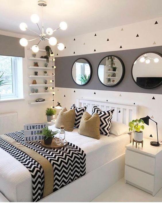 Quarto com faixa cinza na parede e espelhos redondos.