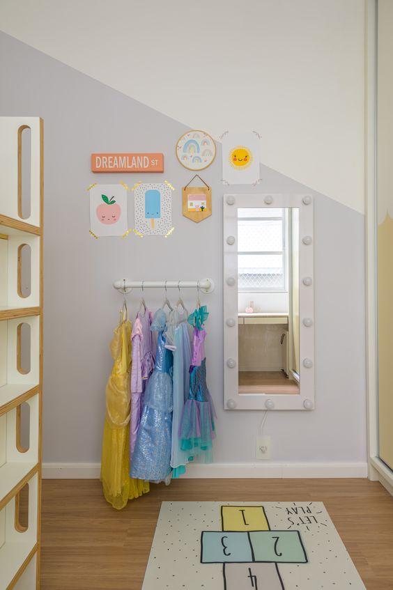 Quarto infantil com espelho na parede.