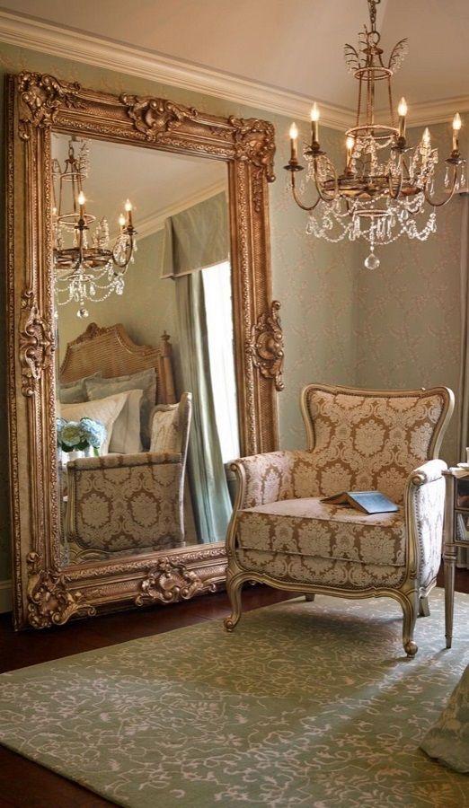 Espelho grande com moldura vintage.