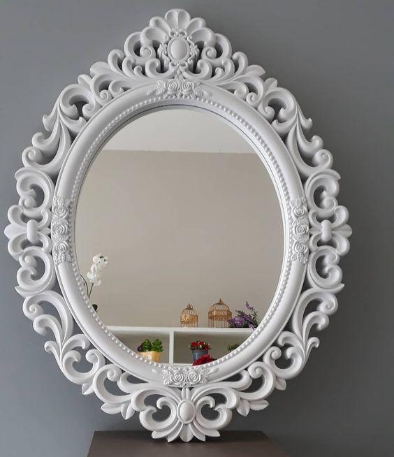 Espelho para quarto com moldura branca.
