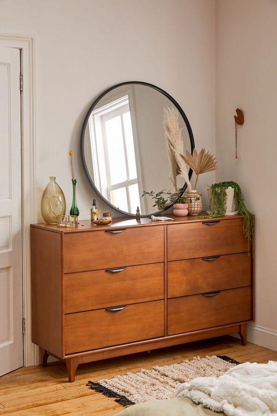 Espelho apoiado em armário.