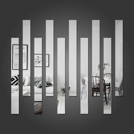 Várias faixas de espelho na parede.