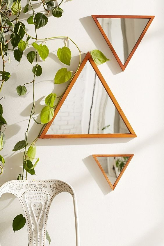 Três espelhos triangulares.