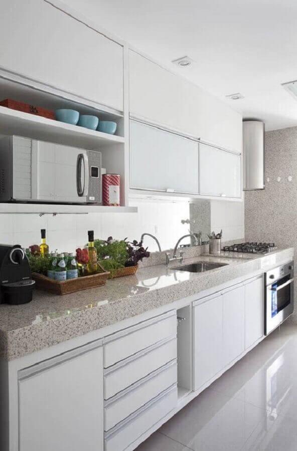 Cozinha simples decorada com granito branco siena.