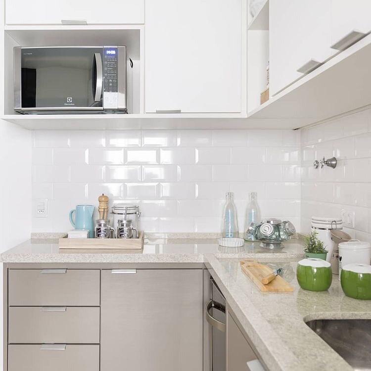 Cozinha com armário cinza e granito branco itaúnas.