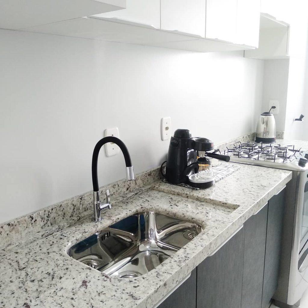 Cozinha pequena com armário preto e granito branco dallas.