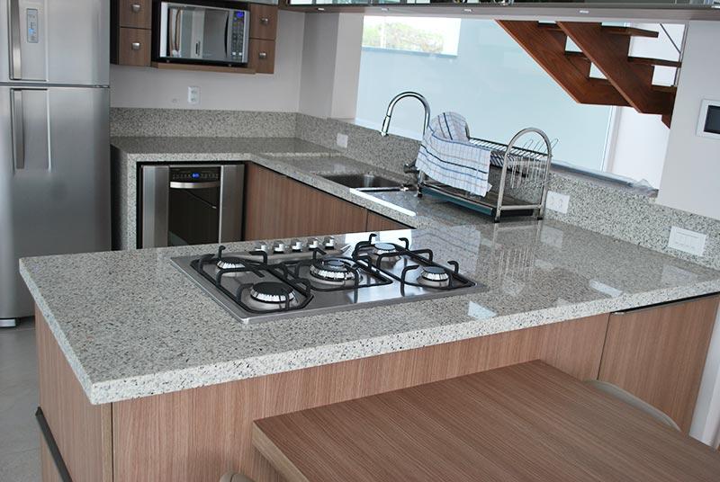 Cozinha em U com bancada de granito branco ceará.