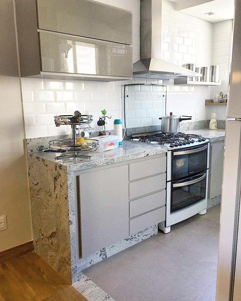 Cozinha pequena com bancada de granito branco nepal.