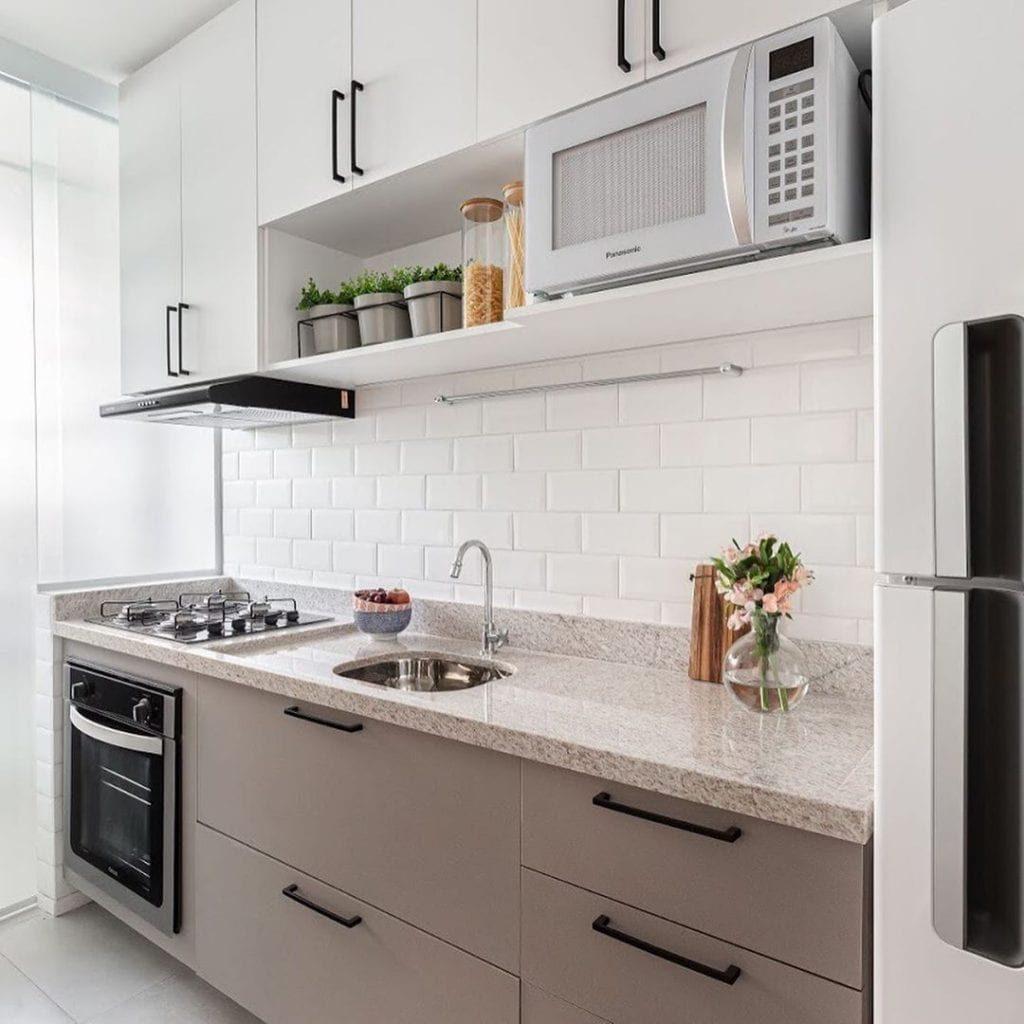 Cozinha planejada com azulejo de tijolinho branco.