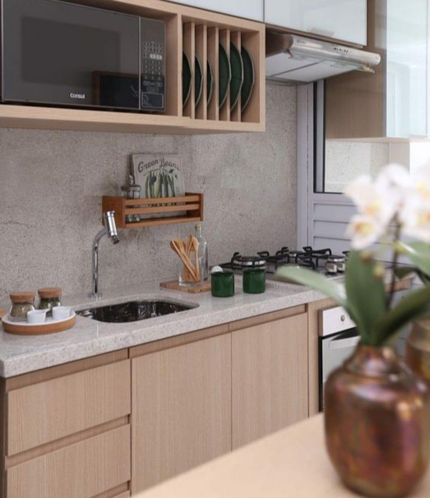 Cozinha pequena com armários de madeira.