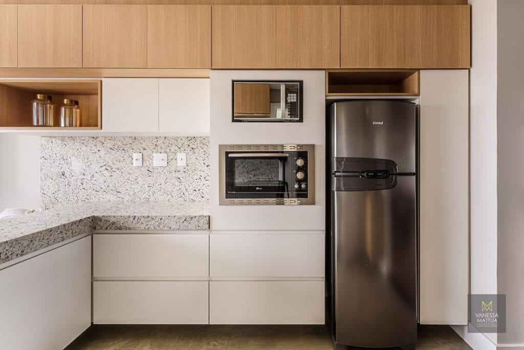 Cozinha simples com granito branco.