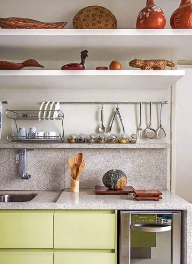 Cozinha moderna com armário verde.