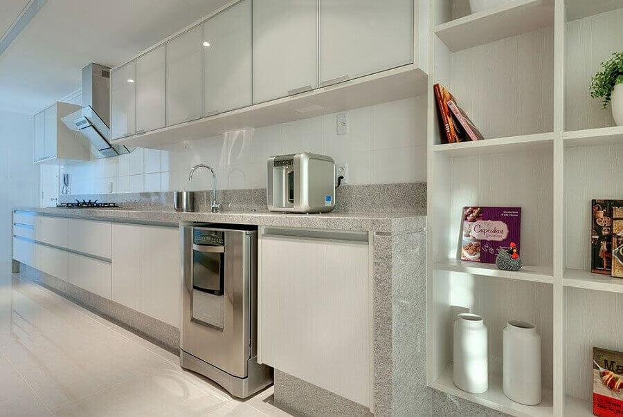 Cozinha simples com bancada de granito branco.
