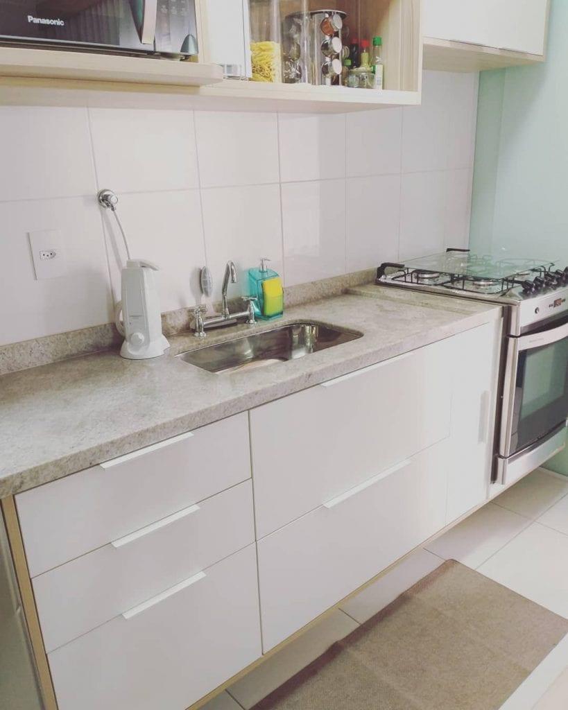 Cozinha simples pequena.