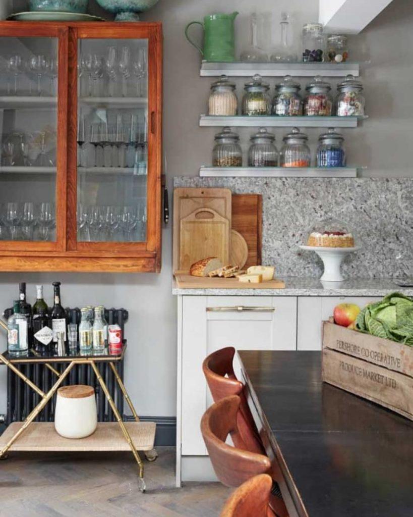 Cozinha rústica com cristaleira.