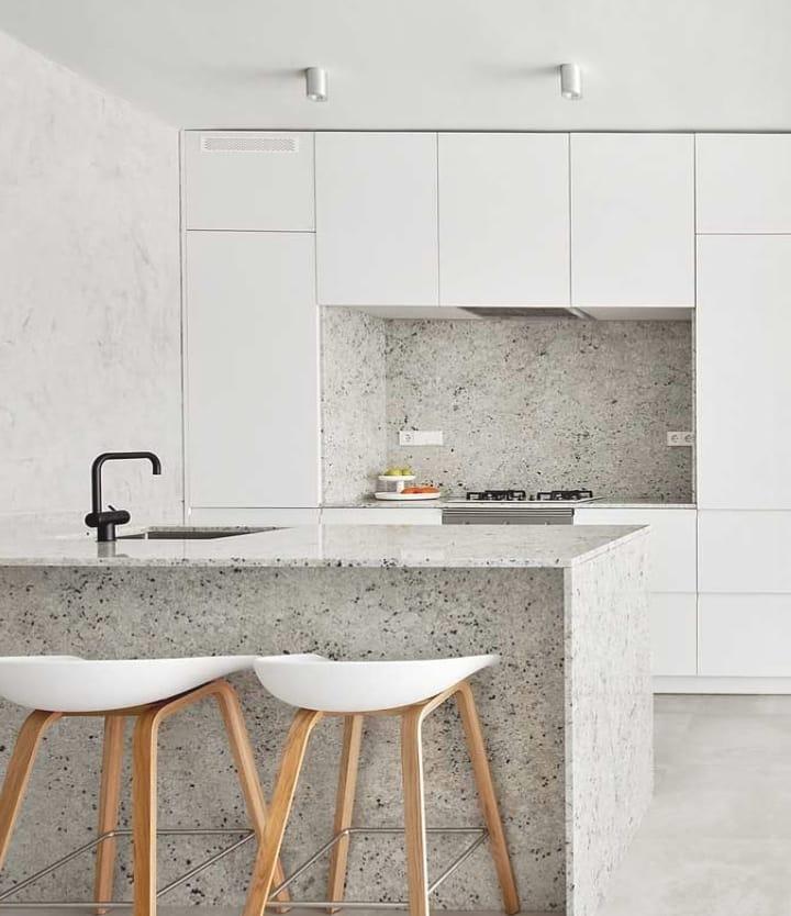 Cozinha moderna com armários de linhas retas.