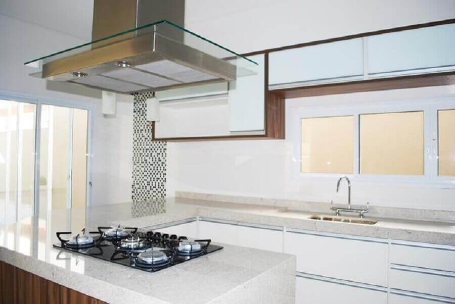 Cozinha em U com cooktop.