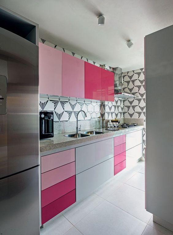 Cozinha pequena moderna rosa.