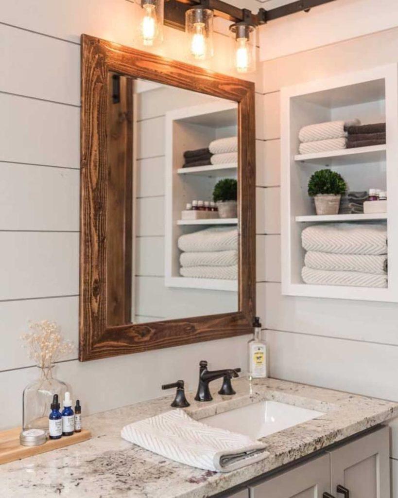 Banheiro decorado com bancada de granito branco.