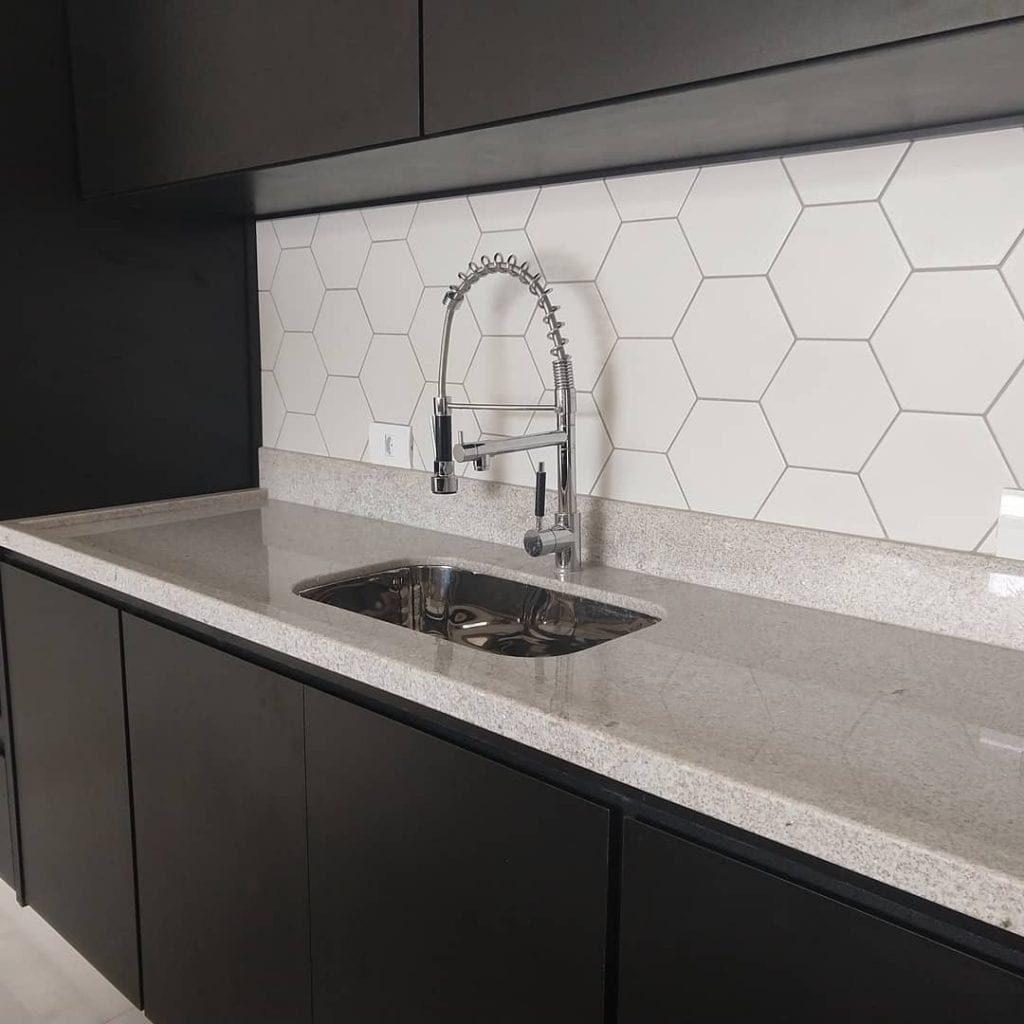 Cozinha moderna com azulejo hexagonal.