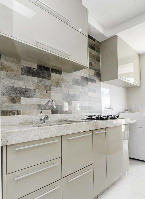 Cozinha pequena com armário neutro.