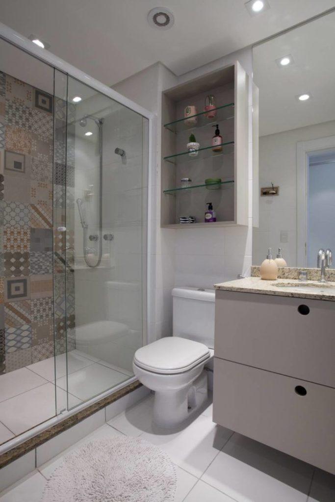 Banheiro pequeno decorado com bancada de granito branco.