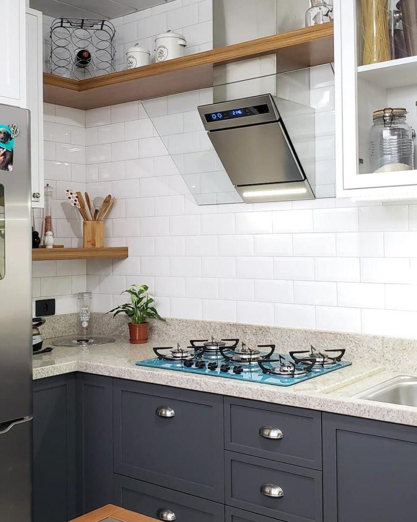 Cozinha com armários clássicos e cooktop.