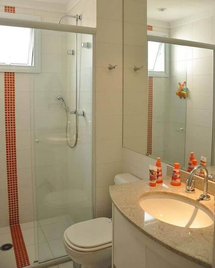 Banheiro pequeno simples com bancada de granito branco.
