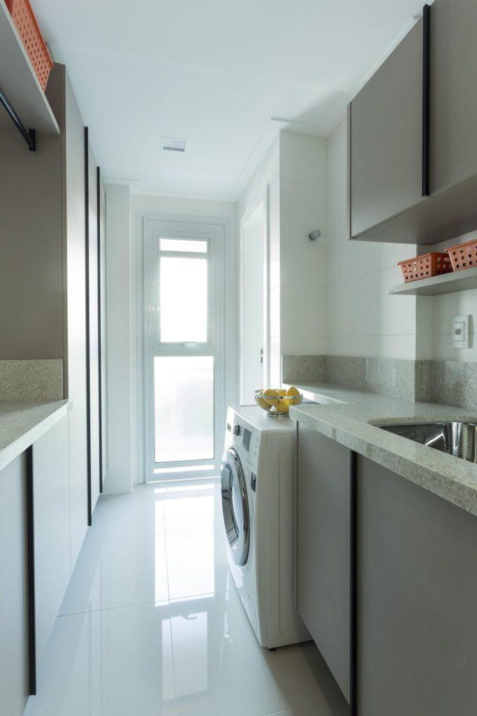 Cozinha pequena com decoração simples.