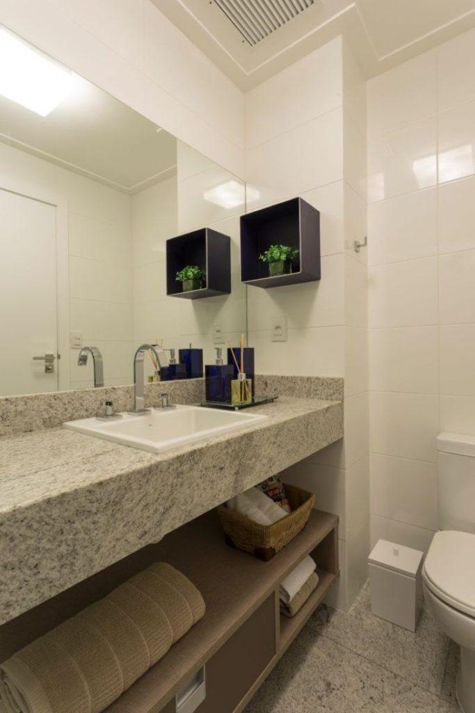 Banheiro com armário moderno.