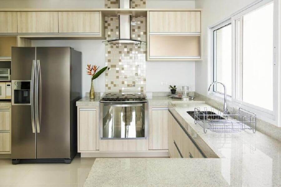 Cozinha simples decorada com pastilhas.