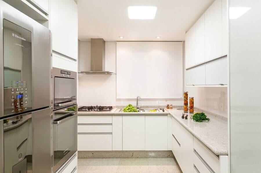 Cozinha grande com decoração clean.