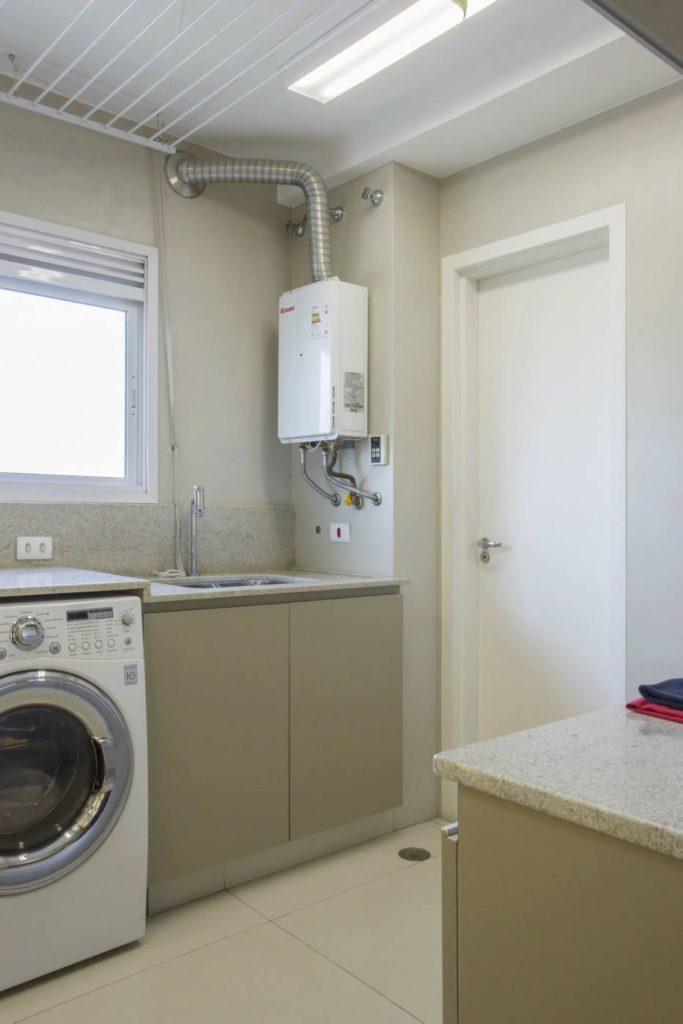 Área de serviço planejada com armários neutros.