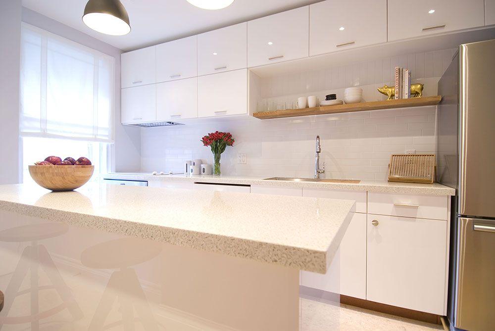 Cozinha com decoração clean e prateleira de madeira.