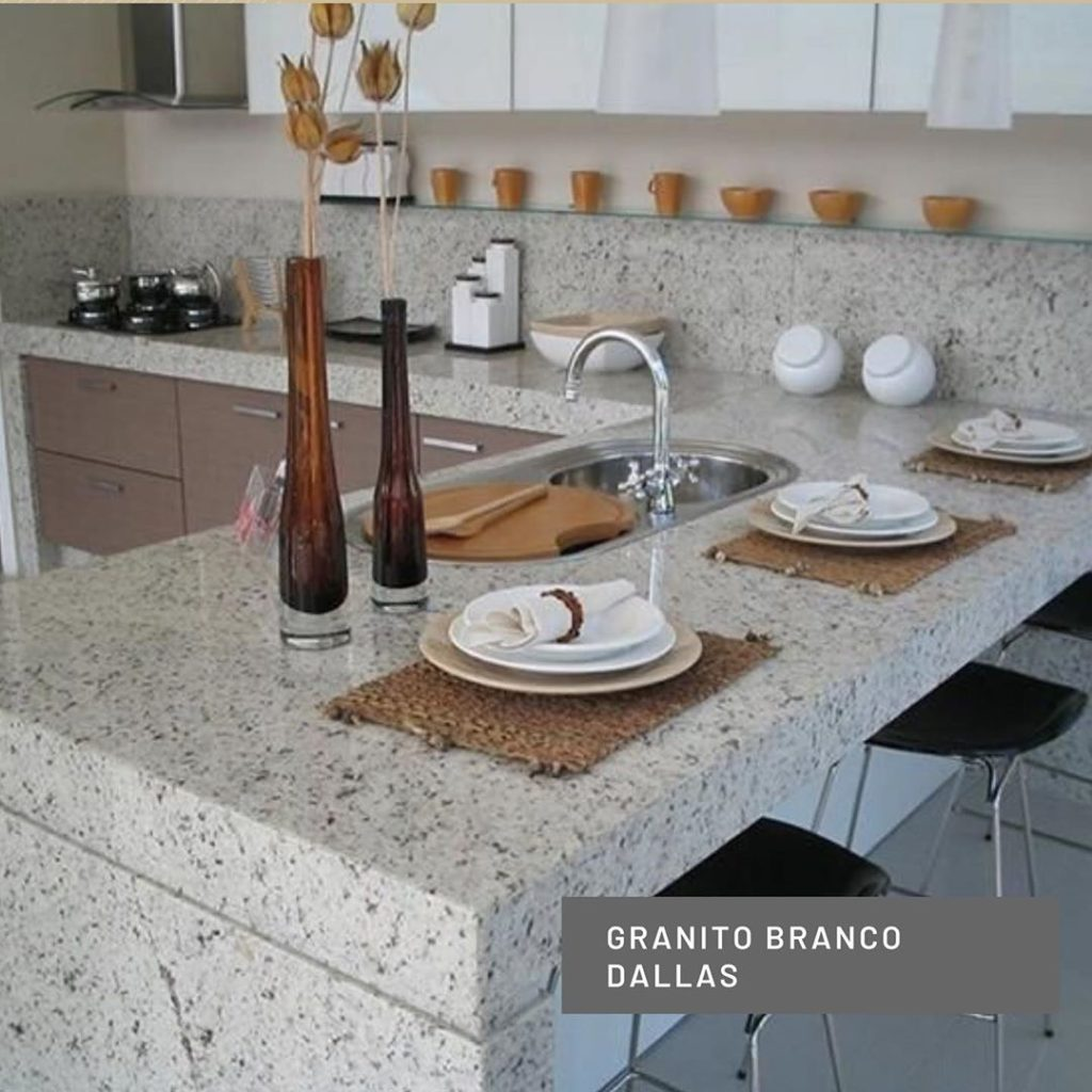 Cozinha planejada com bancada de granito branco dallas.