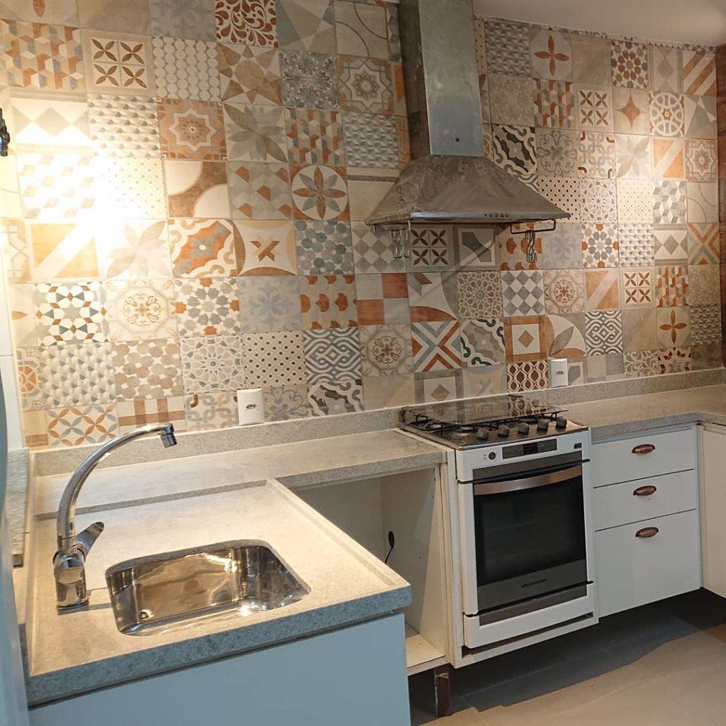 Cozinha com azulejo decorado.