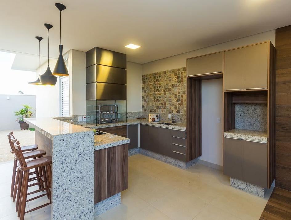Área gourmet com churrasqueira de vidro.