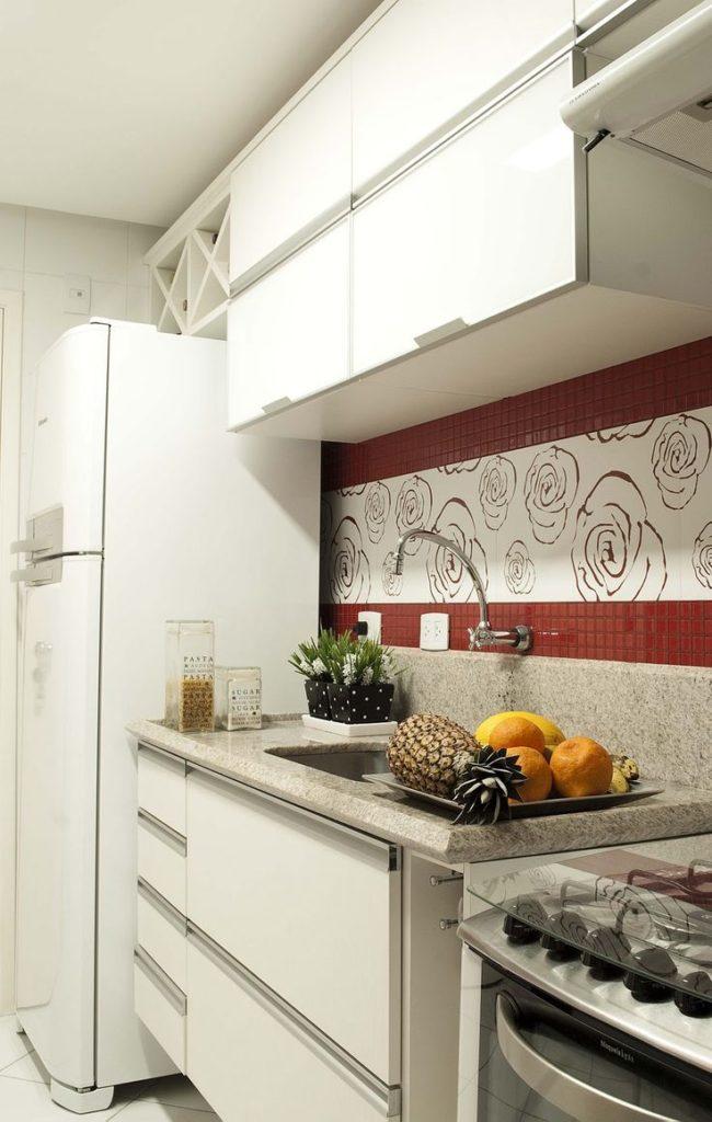 Cozinha pequena decorada com pastilhas vermelhas.