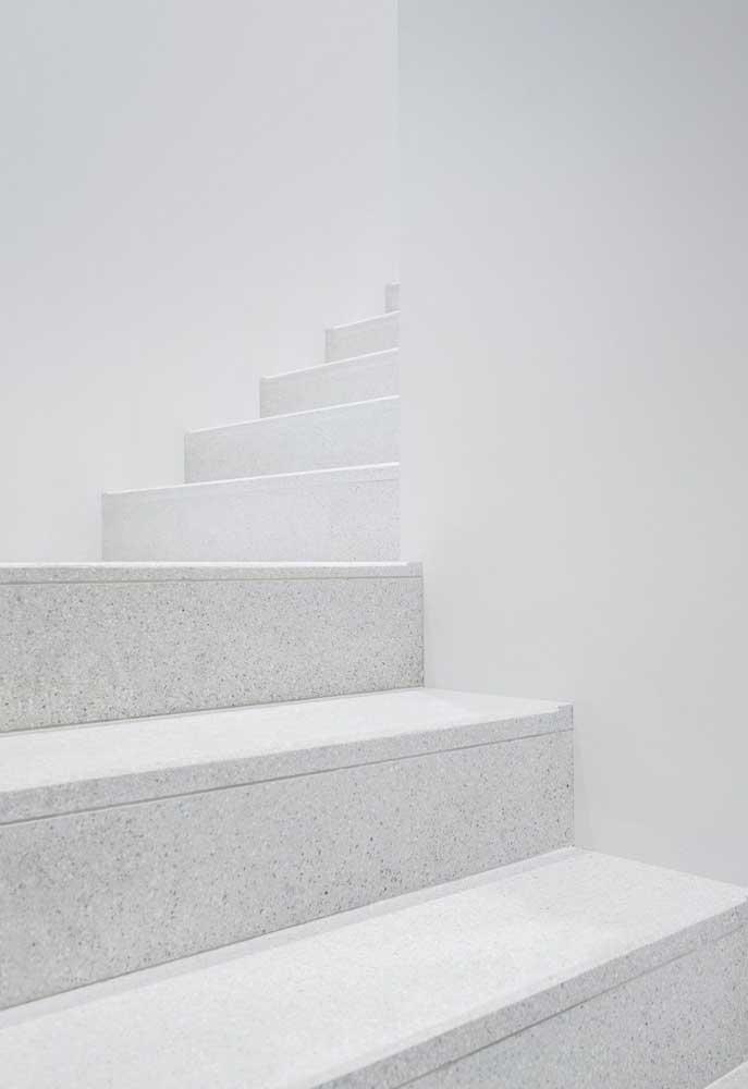 Escada com revestimento de granito branco.