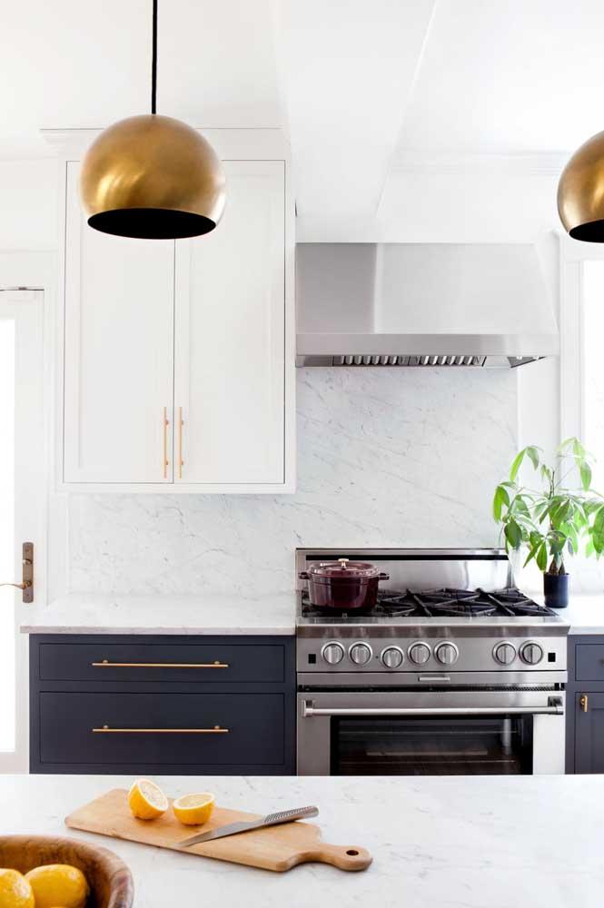 Cozinha planejada com armários azuis e brancos.